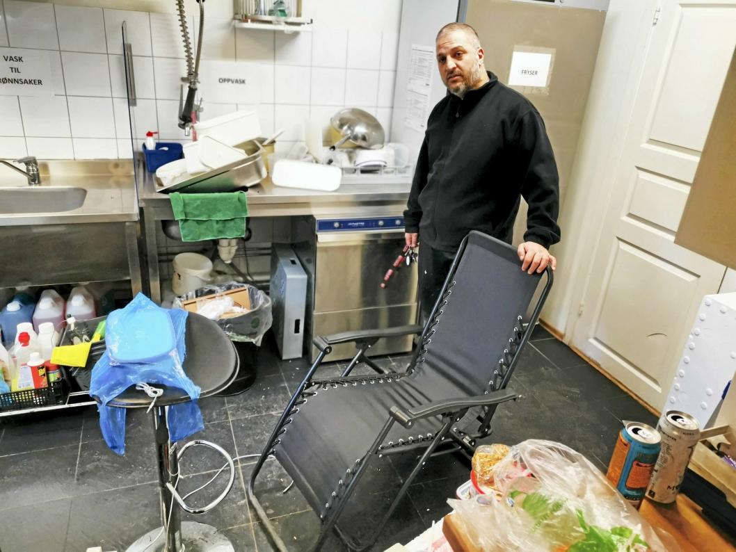 LANGE NETTER: Sushirestauranten i underetasjen har vært stengt på grunn av sykdom, og Fahim Nael har fått låne lokalene til å overvåke området utenfor.