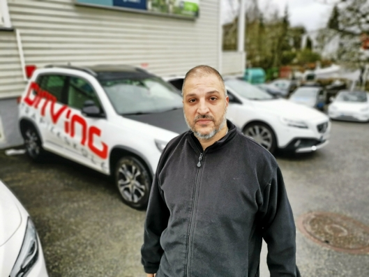 PÅKJENNING: For fjerde gang ble bilene til Fahim Nael ved Driving Trafikkskole utsatt for hærverk natt til tirsdag. Denne gangen ble derimot gjerningsmannen tatt.