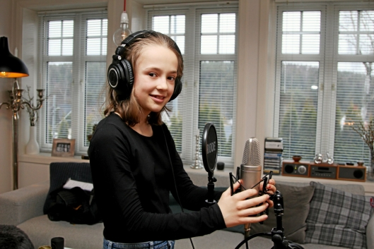 FLERE PLANER: Lisa har allerede fått en ny melodi i hodet, som kanskje blir en ny låt. Nå gleder 11-åringen seg over at stadig flere oppdager låten hennes.