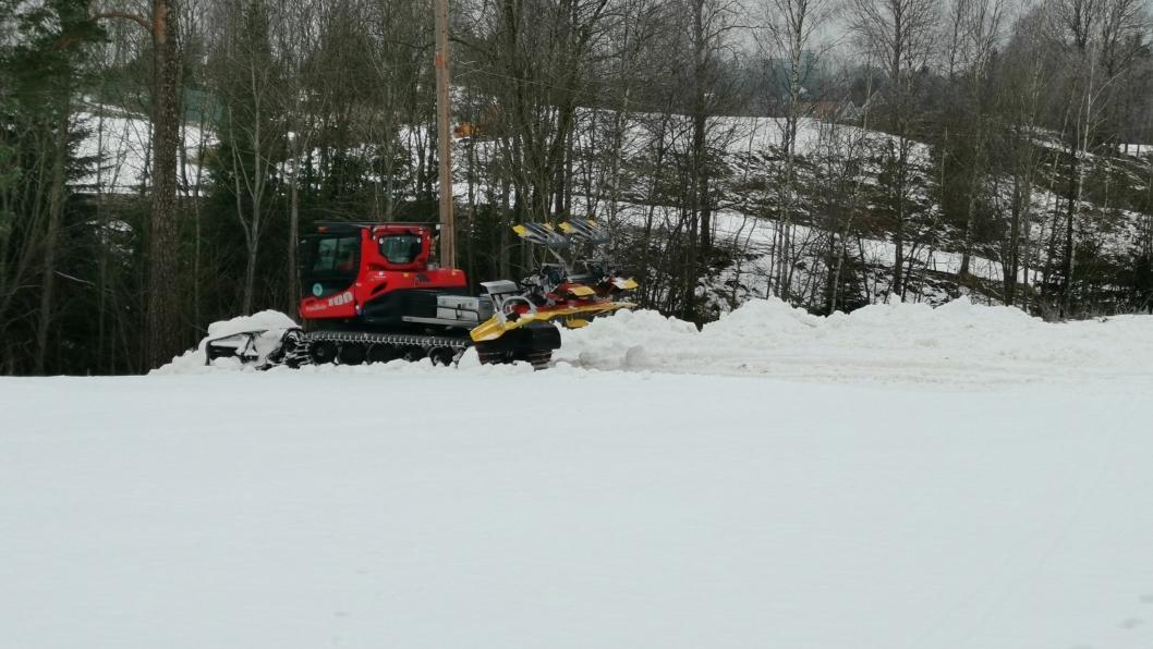 MÅKTE: Skiforeningen startet måkingen av driving rangen på Greverud fredag.