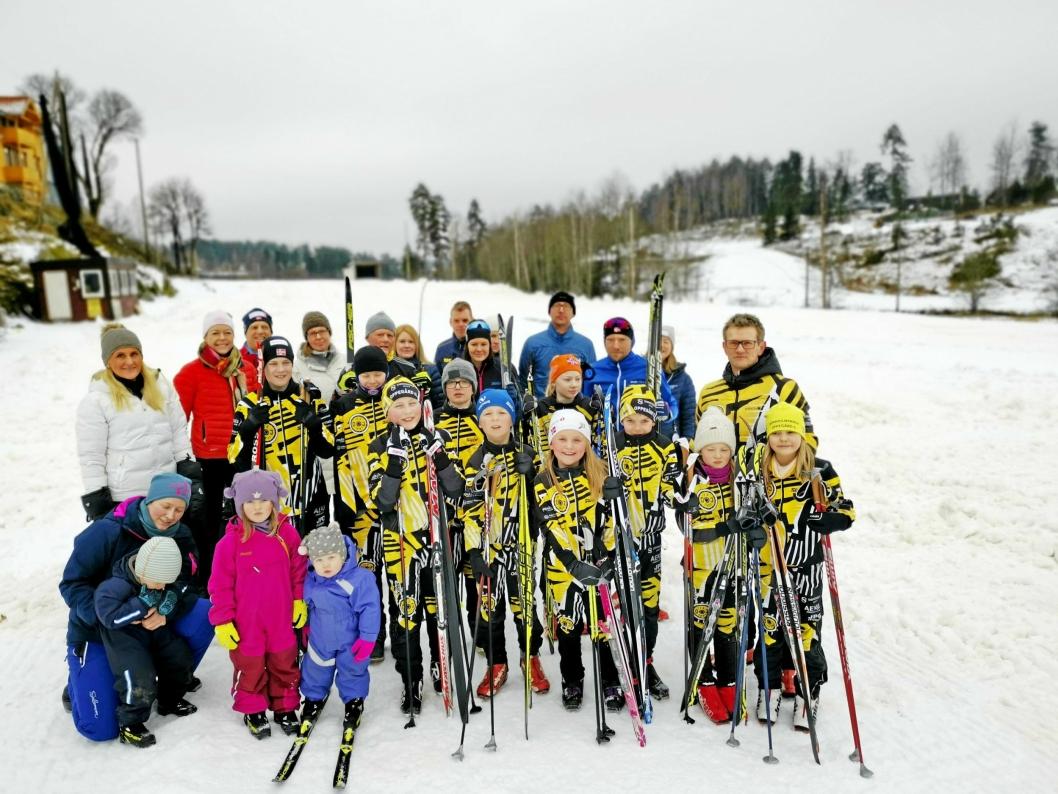 AKSJONERTE: Denne gjengen med både unge og eldre skiløpere møtte opp for uttrykke sin motstand mot måkingen av skiløypa på driving rangen. (Foto: Sigbjørn Vedeld)