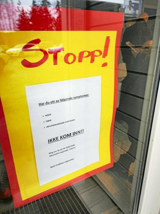 STOPP: På døren på Trollåsen legesenter er det hengt opp klar beskjed om ikke å komme inn hvis man har influensasymptomer.