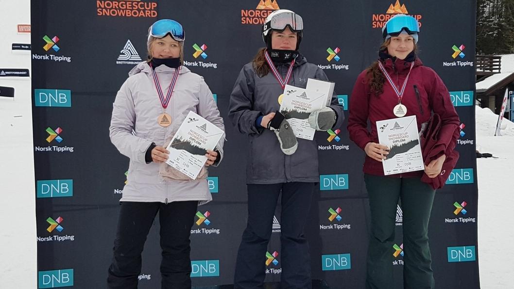 PÅ PALLEN: Nora Synnøve Topp Øye (t.h) var godt fornøyd med sølvmedalje i NM i Snowboardcross for Yngre Junior Jenter.