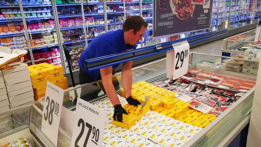 FYLTE OPP: Fredag morgen var kjøpmann Erlend Herbjørnrød godt i gang med å fylle opp med varer i butikken på Sofiemyr.
