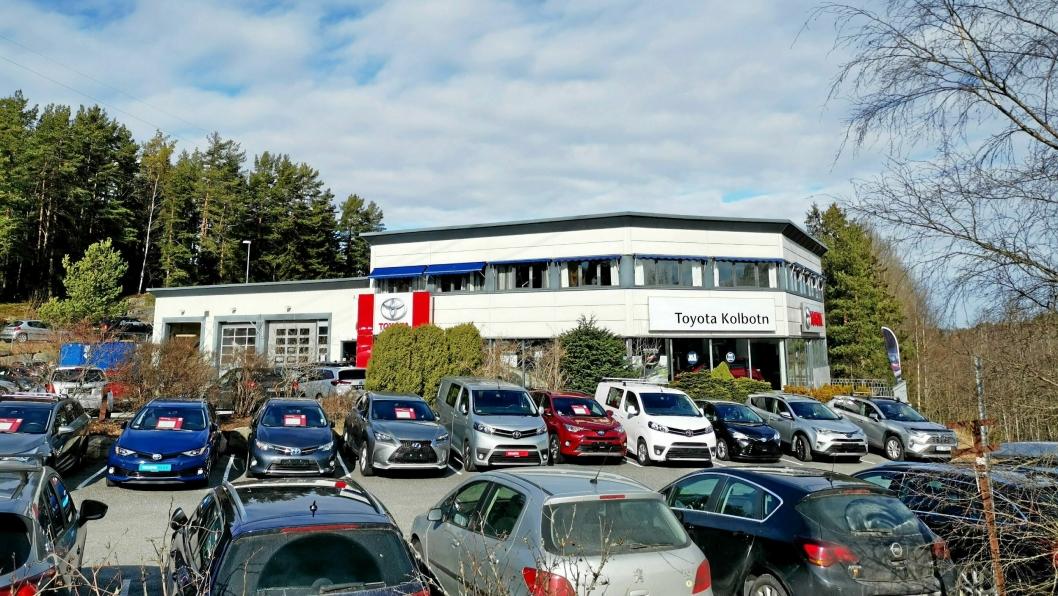Eiendommen i Peder Sletners vei 2 på Kolbotn benyttes som lokaler for bilforretning, samt verkstedtjenster for Toyota. På byggets vestside var det nedgravd en tank til oppbevaring av spillolje. Retten mener det ble sluppet ut minst 11.000 liter spillolje i grunnen på stedet, og lekkasjen har pågått siden 2013-2014.