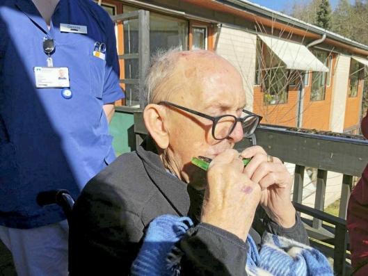 BLE MED: Beboer Odd Holmen ble så bergtatt av musikken at han likegodt fant frem munnspillet på balkongen.
