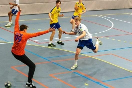 LAR SEG IKKE STOPPE: Niklas Gjerde satser på håndballen.