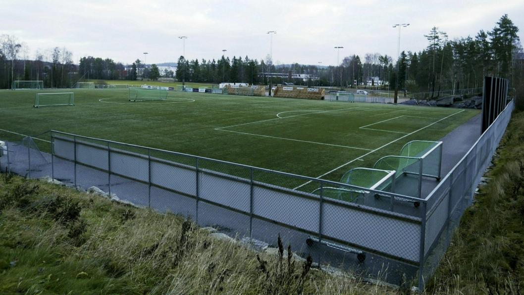 ÅPEN: Det er mulig å trene eller spille fotball, så lenge man holder seg alene, eller sammen med familien.