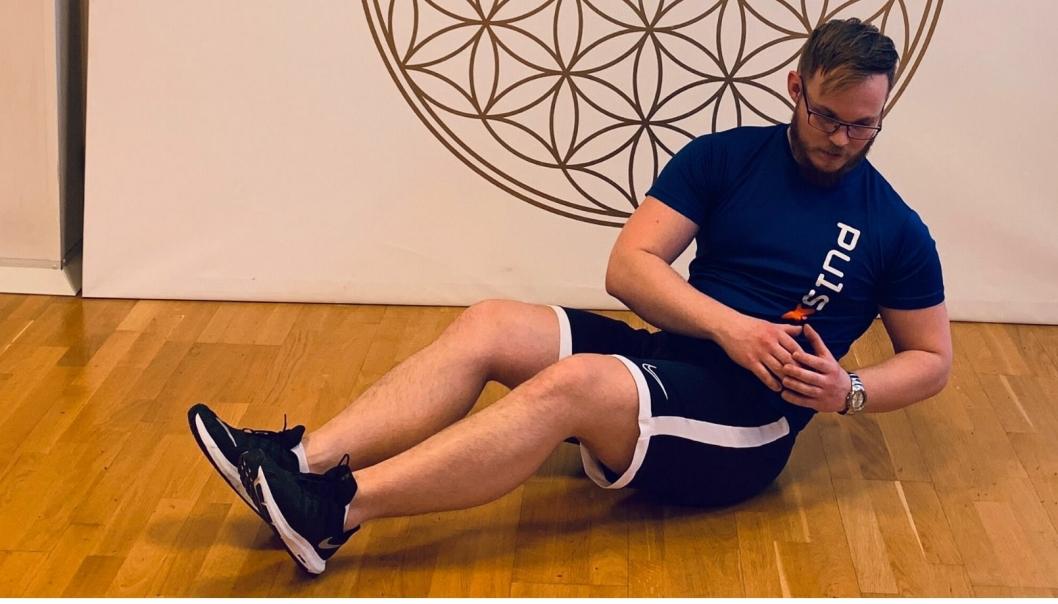 BÅTEN: Sett deg på gulvet med ca 90 grader i knærne og len deg bakover til du finner passe tyngde. Hold hender foran deg, gjerne med en vannflaske, og roter rolig og kontrollert fra side til side.