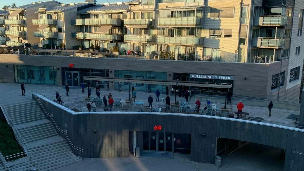 HOLDT AVSTAND: Med god avstand sto tålmodige kunder og ventet på maten ved Kullebunden spiseri sist lørdag.  (Foto: Lars Håkon Mæland)