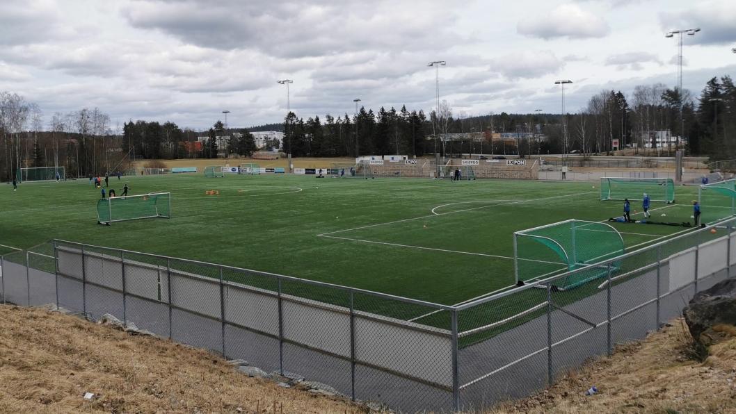ORGANISERT?  Søndag var det fotball med kjegler, treningsstasjoner og flere spillere på Sofiemyr kunstgress. – Jeg har sett mange bilder som dette i det siste, sier Håkon Bekkestad i Kolbotn IL.