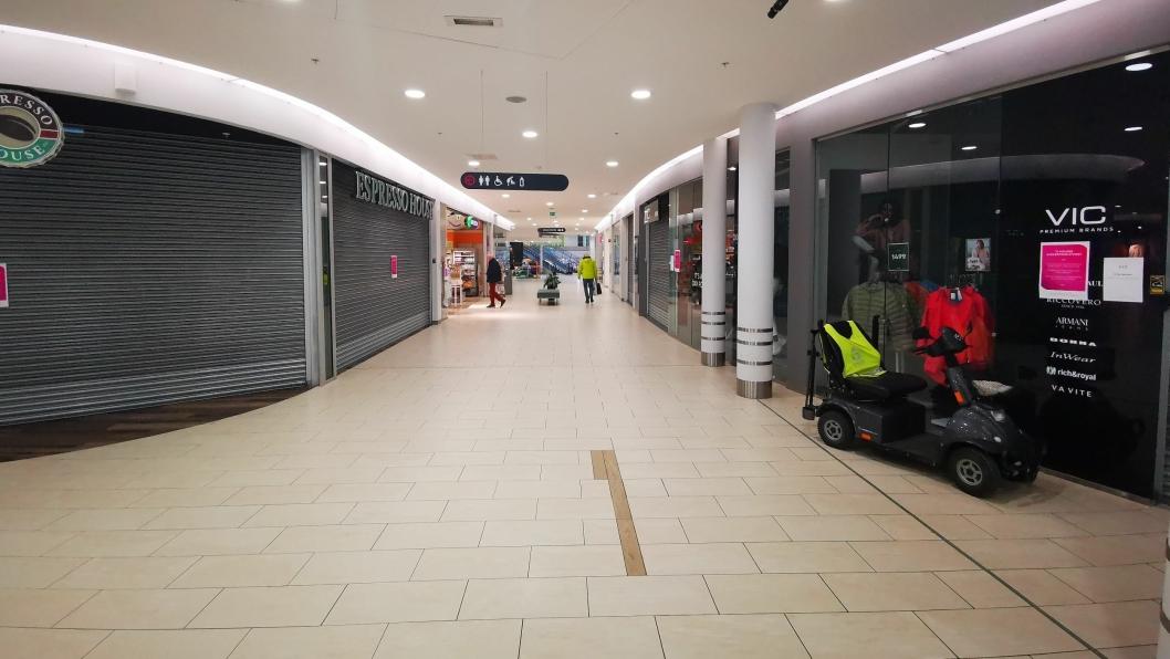 ONSDAG PÅ SENTERET: En rekke butikker og serveringssteder har stengt som følge av koronautbruddet. Slik så det ut på Kolbotn Torg onsdag denne uken.