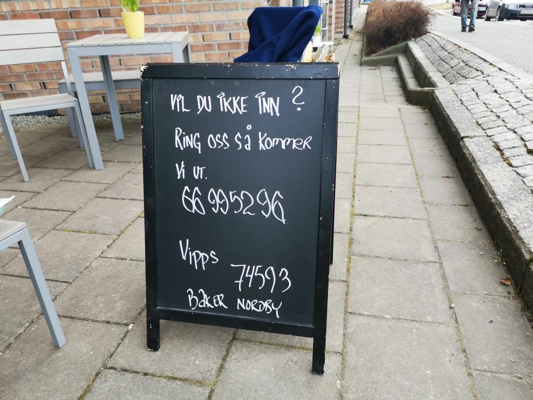 UTETILBUD: Baker Nordby har satt opp dette skiltet på utsiden av lokalene.