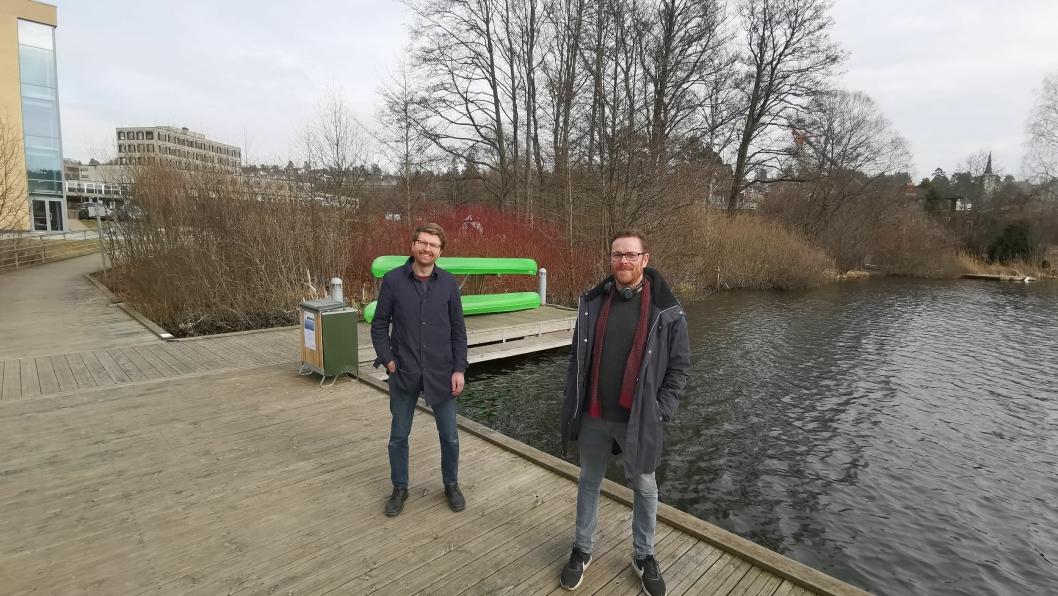 JUBLER FOR VESLEBUKTA: MDG-politikerne Hans Martin Enger (t.v.) og Jens Nordahl er glade for at planene om flytende basseng i Veslebukta er stanset.  (Foto: Sigbjørn Vedeld)