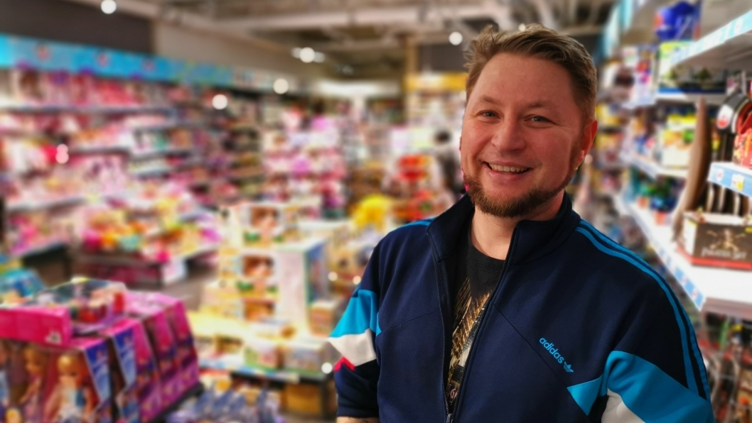"""KLARER SEG GODT: Per Hagenæs driver lekebutikken """"Yes! vi leker""""  på Kolbotn Torg."""