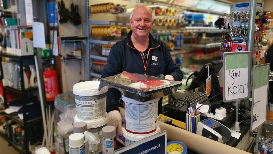 GÅR UNNA: Rolf Eriksen hos Jernia Kolbotn har travle dager tross koronakrise. Mange kommer til butikken for å handle inn til større eller mindre oppsussingsprosjekter.