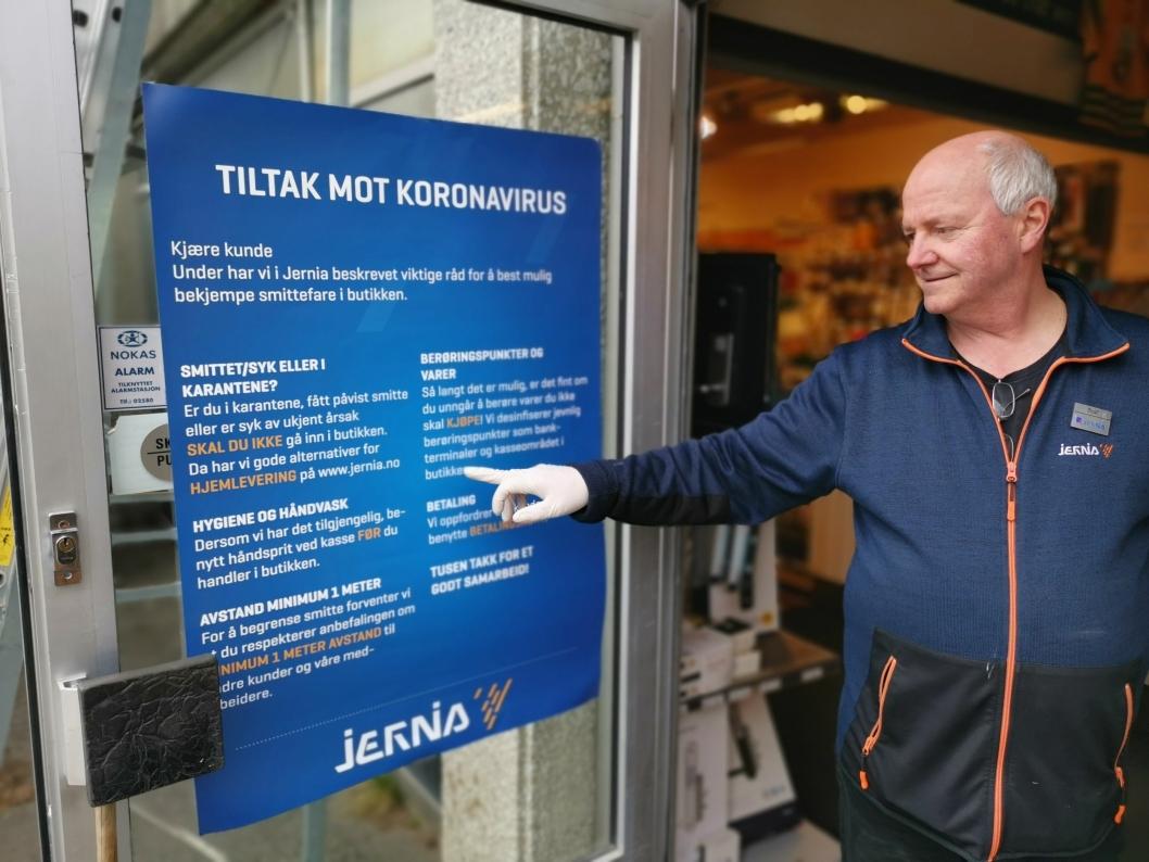 KLARE BESKJEDER: Rolf Eriksen har hengt opp plakater med klare forholdsregler for å hindre koronasmitte.