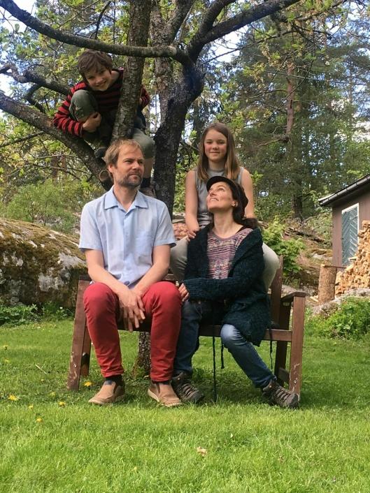 BLÅBÆRTOPPEN SPELLEMANNSLAG: Maja Ratkje og Frode Haltli har laget et familiært spellemannslag sammen med barna Frida (t.v.) og Marte. Lørdag blir det konsert på Kolbens Facebook-side.