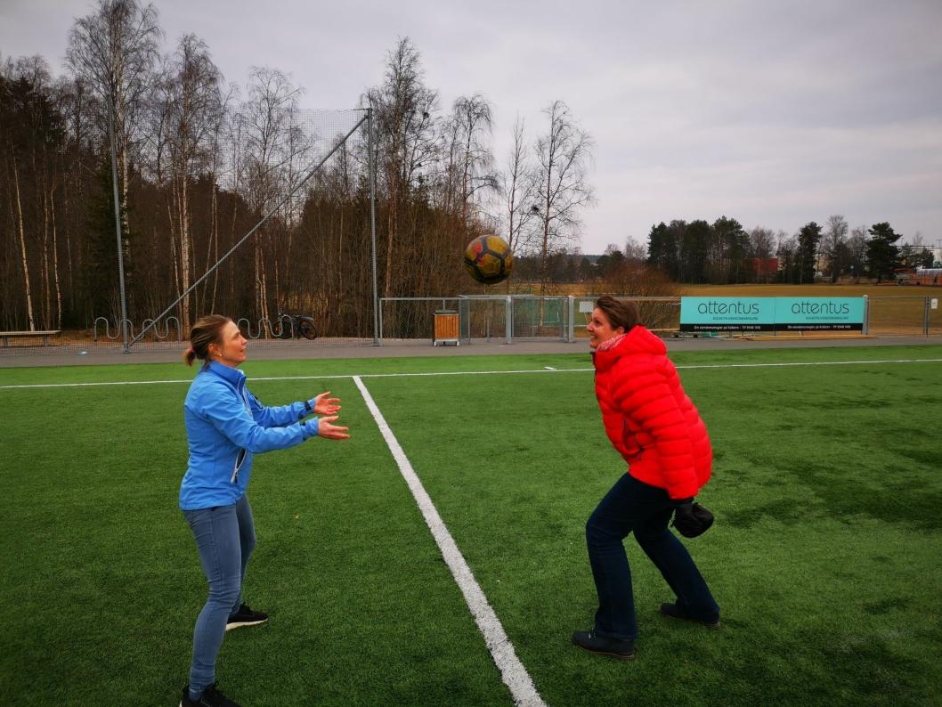 NIKKER: Camilla Hille og Hanne Opdan tok likegodt en runde med nikketrening på Sofiemyr kunstgress.