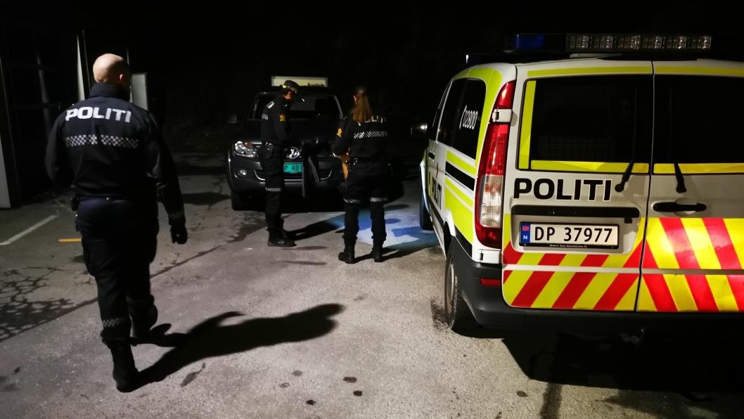STOR AKSJON: Politiet rykket ut med store mannskaper til Mastermyr sent søndag kveld.