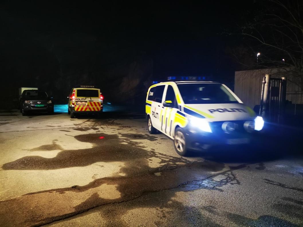 TIL ARRESTEN: En mann og en kvinne ble kjørt til arresten etter at de ble pågrepet søndag kveld.