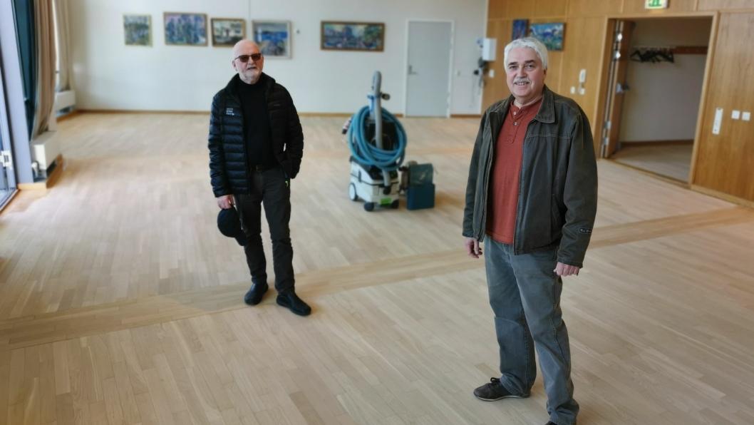 INSPISERER: Styreleder Leif Wien Jensen (t.h.) og Sverre Henry Storødegård kan konstatere at gulvslipingen er godt i gang i tredje etasje på Kolben.