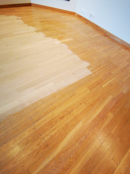 TYDELIG FORSKJELL: Nyslipt parkett viser at gulvet i Kolbens tredje etasje var modent for renovering.
