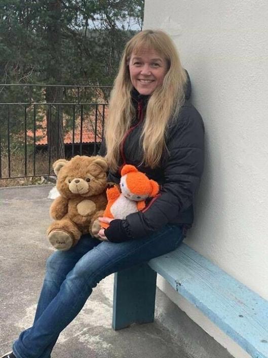 GLAD I KOSEBAMSER: Monica Merete Jensen med Colargol, som har fulgt med henne siden hun ble døpt, og en brun bamse som tilhørte hennes svigermor.