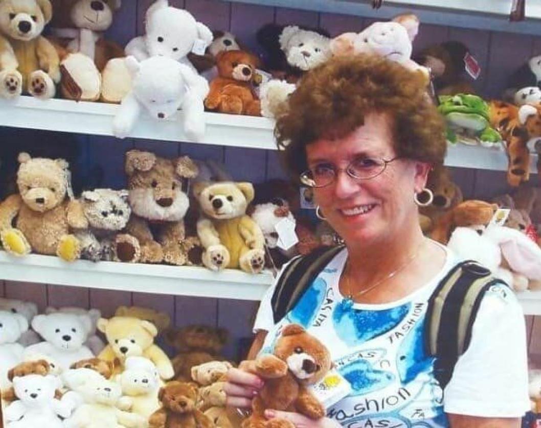 """BAMSEGLAD SVIGERMOR: Bildet viser Monica Meretes bamseglade svigermor, Unni Limseth Larsen, på tur. <span class=""""_5yl5"""">Hvor mange bamser og ting med bamsemotiv hun egentlig hadde er ikke lett å si. Hun hadde fysiske lekebamser i ulike størrelser fra stort til smått. Hun hadde pyntebamser i keramikk og i glass, pyntefat, kopper, klær, gardiner, sengetøy, vesker, små pengepunger, sekker, tallerkenbrikker, håndklær og vaskekluter med bamsemotiv. Hun hadde også smykker og øredobber med bamser. Enkelte ting var utformet som en bamse, slik som knagger, lamper, såper og en honningskål hvor lokket var hodet og selve skålen var bamsekroppen, Hun hadde bamser som brukte å være med når hun var ute og reiste, og det det gjorde hun ofte. Da hun ble syk og ikke kunne reise mer, var bamsene til enda større glede for henne, og de fulgte henne helt til det siste.</span>"""