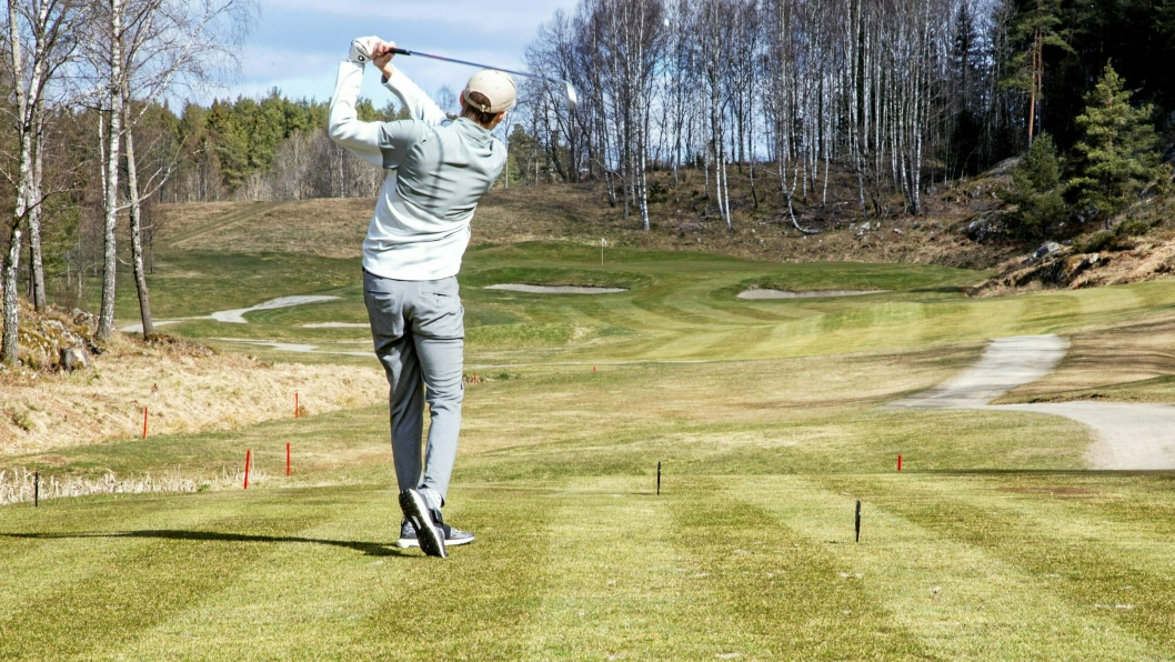 TRYGG: Årets første utslag definerer ifølge tradisjonen hvordan sesongen blir for Oppegård golfklubb. Fredrik Engenes taklet presset og fikk ballen trygt i spill.