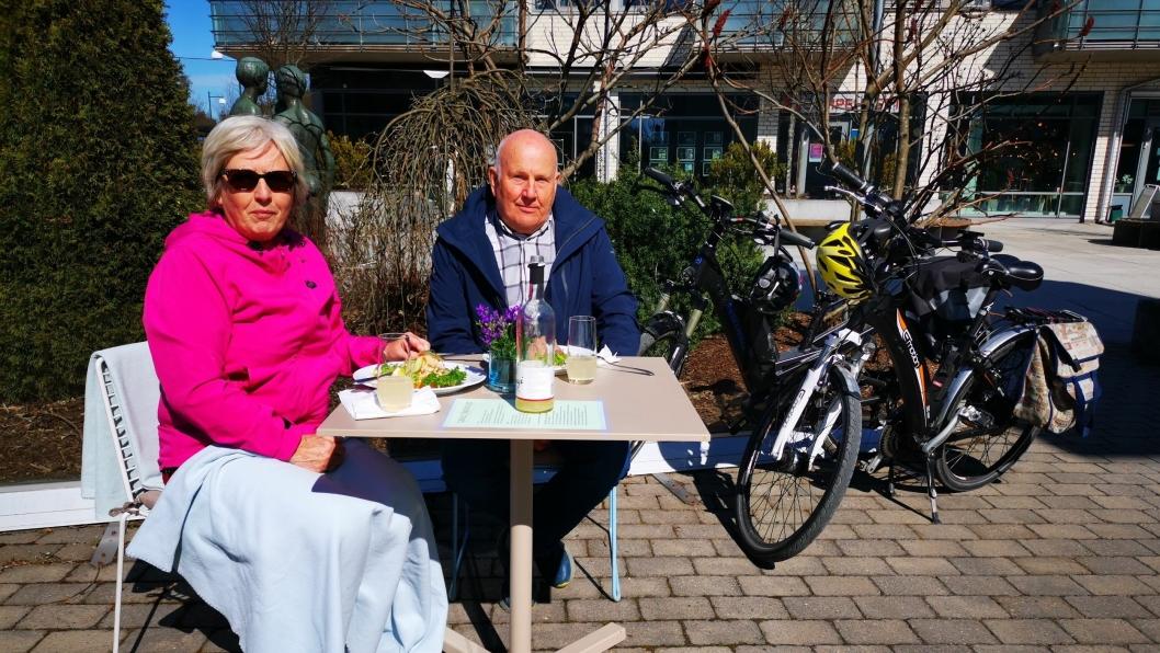 UTELIV IGJEN: Dagny og Thor Hansen la sykkelturen fra Greverud til Gamle Tårnhuset fredag.
