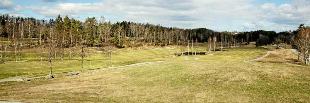 GODE FORHOLD: For en måned siden gikk skiløypa her. Nå er det knallforhold for golf.