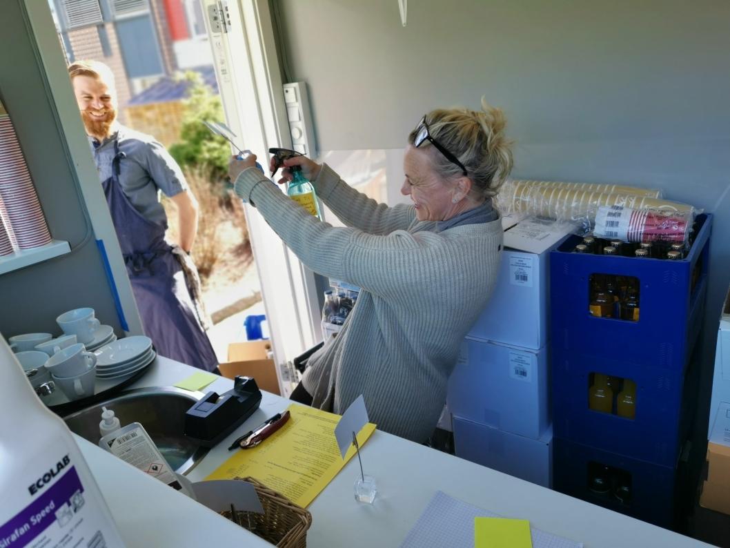 DESINFISERING: Medeier Helene Jahren desinfiserte bordkort mens kjøkkensjef Torstein Sørum Sogn fulgte med.