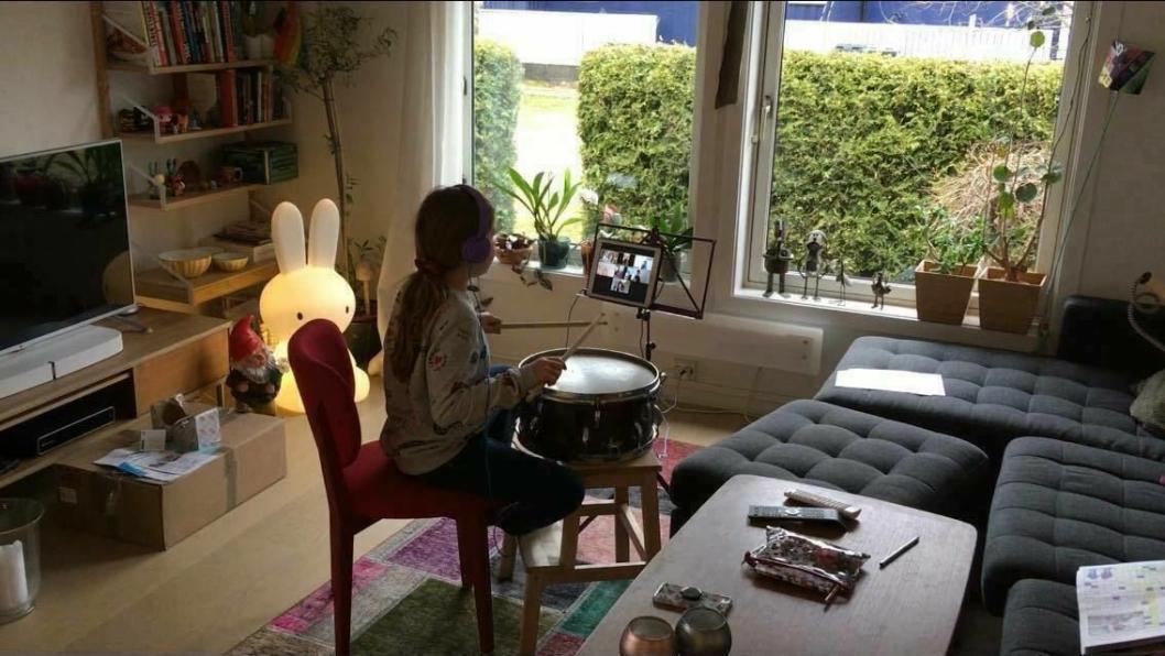 DIGITAL UNDERVISNING: På bildet kan du se Nynne Thorstad Heie (8) fra Tårnåsen skolekorps som øver på Zoom.