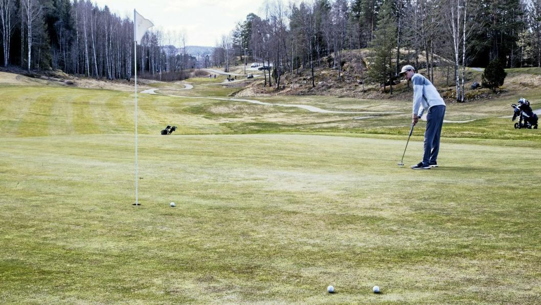 FØRSTE HULL: Fredrik Engene fullfører årets første hull på Oppegård golfklubbs bane.
