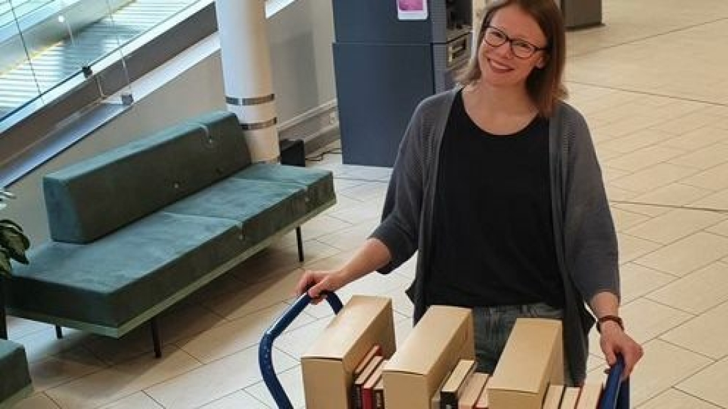 LEVERER: Bibliotekar Kristin Myklebust er klar til å frakte ut bestilte bøker fra biblioteket.
