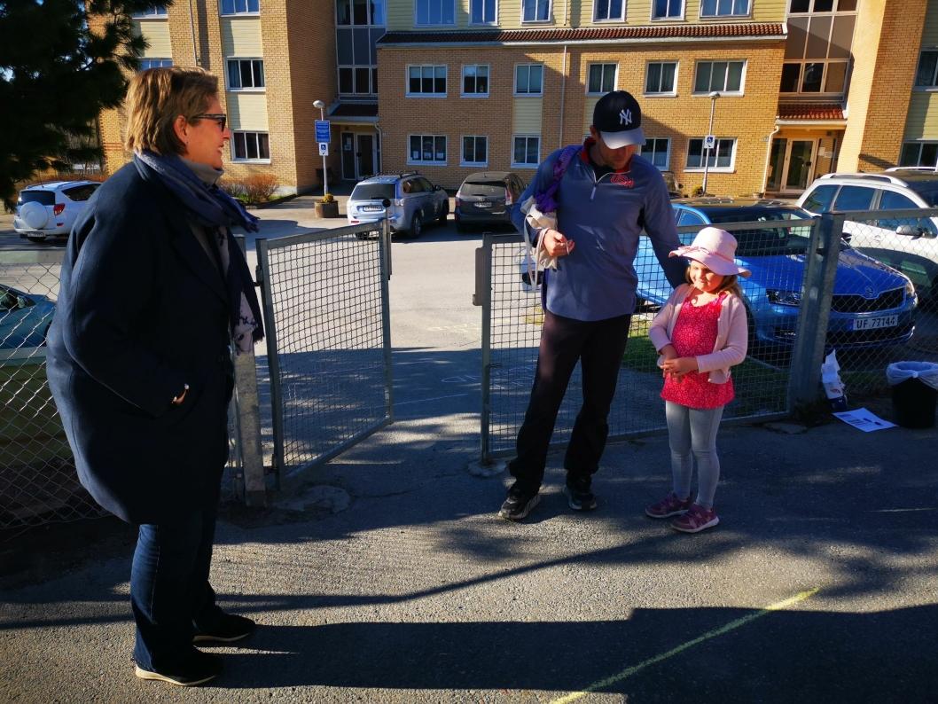 ORDFØRERMØTE: Fem år gamle Thea og pappa Andreas slo av en prat med ordfører Hanne Opdan på vei inn i barnehagen.