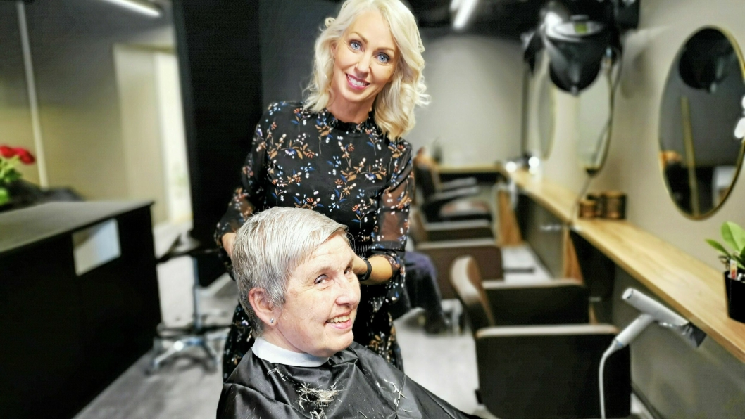 STUSSET: Mona Egén Mobæk var glad for å være tilbake i frisørstolen hos Cecilie Hegg.