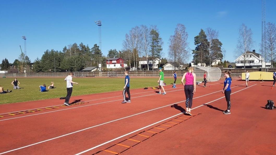 AVSTAND: Det holdes god avstand på treningene for å overholde reglene.