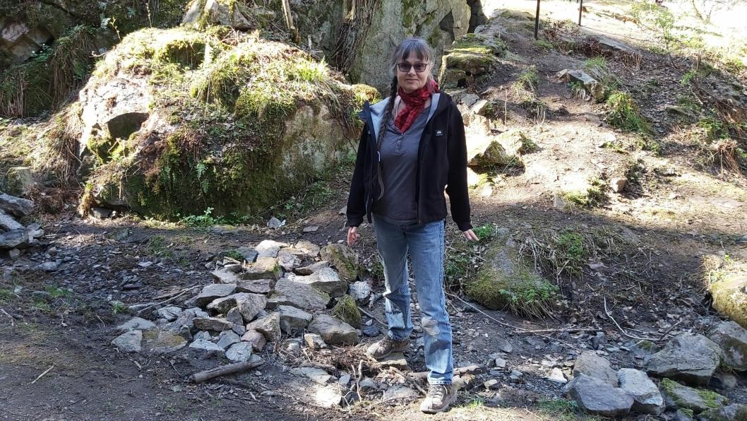 GLAD FOR AT LEKKASJEN HAR BLITT UTBEDRET: På bildet kan du se Irmela Freymann som står med en fot i den tidligere bekken.