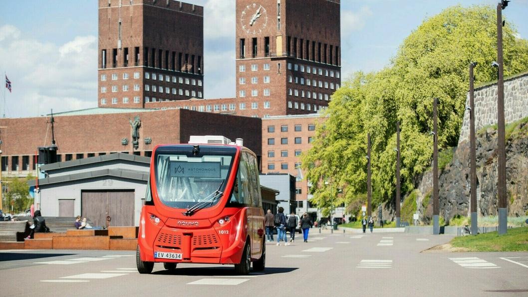FRA OSLO TIL SKI: Bildet viser en av de to selvkjørende bussene på Akershusstranda i Oslo. Snart vil du se slike selvkjørende kjøretøy i vår kommune.