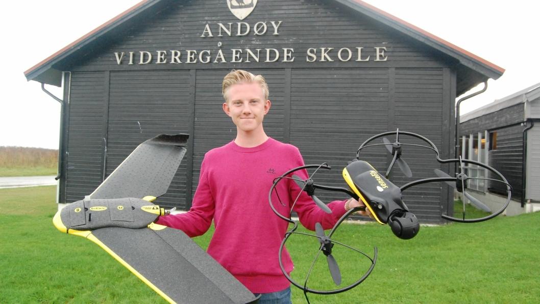 DRONER: Registreringer via helikopterdroner er en viktig aktivitet for Christoffer Blomquist og de andre elevene på den spesielle linja lengst nord i Nordland.