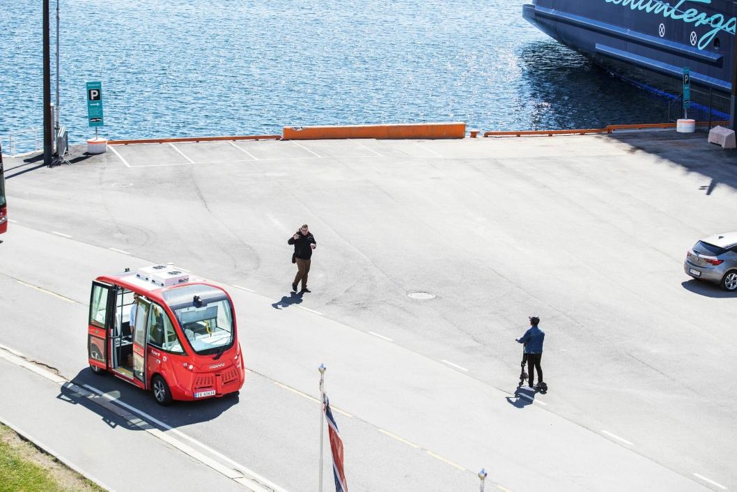 FRA OSLO TIL NORDRE FOLLO: Bildet viser selvkjørende buss på Akerhusstranda i Oslo. Etter å ha etablert to selvkjørende bussruter i Oslo i fjor, flyttes fokuset i år ut av hovedstaden til Ski.