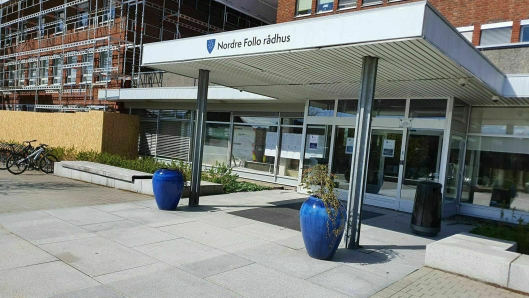 PYNTET INNGANGEN: Foran hovedinngangen til rådhuset i Ski står det to flotte blomsterurner med fine blomsterdekorasjoner.