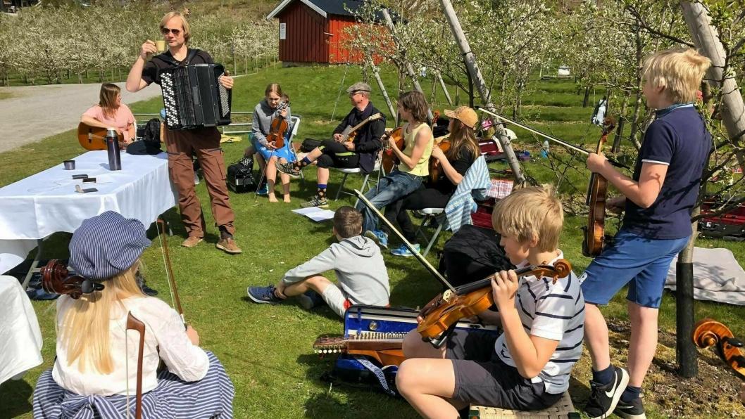 MAZURKA PÅ SJØDALSTRAND: Søndag 3. mai var andre gang Svartskog Spelemannslag møttes for å øve ute etter at de strenge tiltakene ble innført. Flere forbipasserende stoppet for å oppleve herlig musikk og flott samspill.