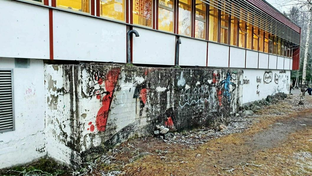 KRITISK TILSTAND: Barneskolen på Sofiemyr har vært plaget av lekkasjer i lang tid. Flere av disse har blitt utbedret ved å lappe på pappen på taket, og det er usikkert om isolasjonen i takkonstruksjonen under er skiftet, ifølge tilstandsrapportene. Bygget er også dårlig isolert. Problematikken med muggsopp, fukt i krypkjellerne og taklekkasjer har preget skolen det siste året.