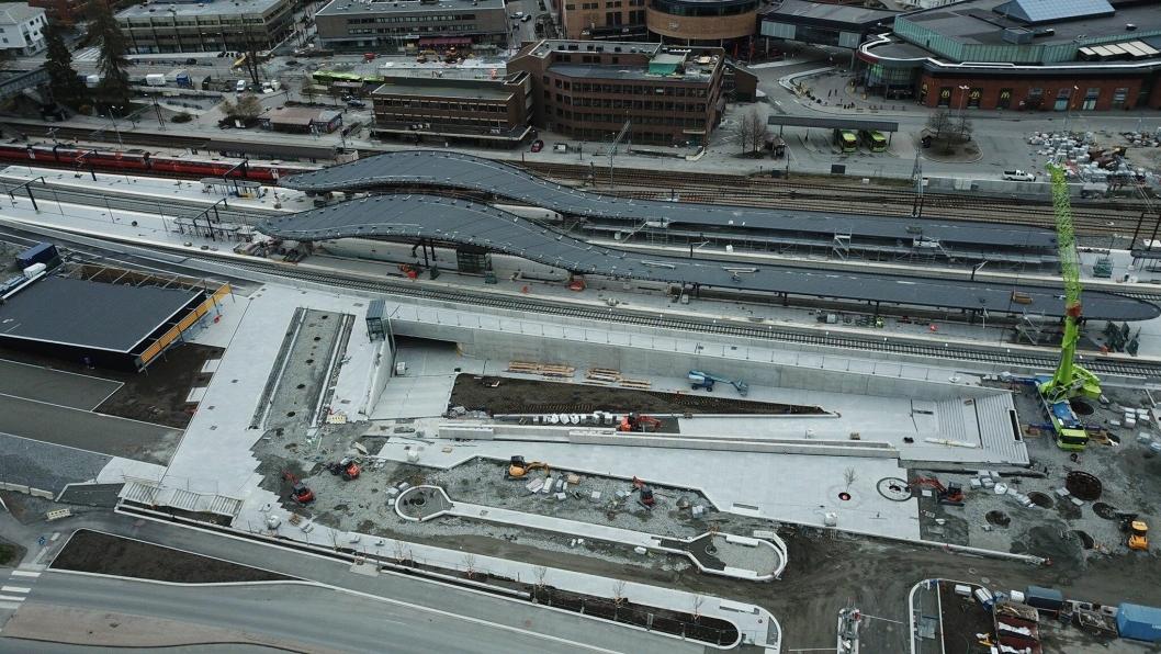 NY TOGSTASJON I SKI: Det satses stort på infrastruktur i Ski sentrum. Fra luften ser man godt hvordan Skis nye kollektivknutepunkt stiger frem.
