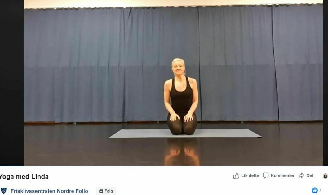 YOGA: Frisklivssentralen strømmer både intervjuer, tips og treninger. I går var det for eksempel yoga med Linda.