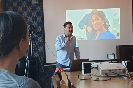 ENGASJERT: Martin Giæver er et kjent ansikt fra NRK. Han holdt et engasjerende kurs for de ansatte ved Frisklivssentralen.