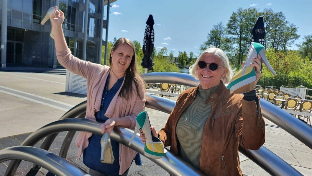 """STORTRIVES MED HØYDEN: På bildet kan du se forfatter Anne Marie Guldahl Jernquist sammen med Torill Veitun, en av de 15 kvinnene som er omtalt i boken """"Høye Damer i Høye Hæler – The Sky is The Limit""""."""